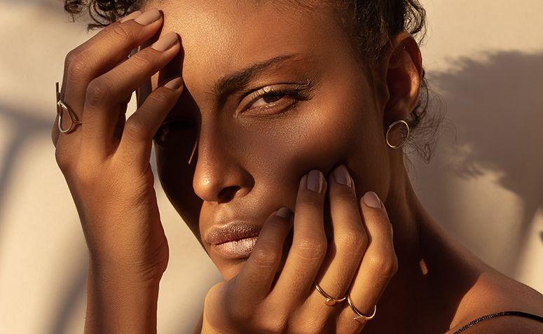 Dicas para diminuir a oleosidade da pele que vão além do skincare