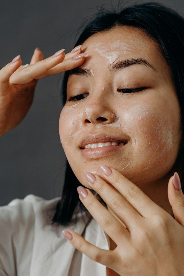 Esfoliante facial: como usar sem agredir a pele?