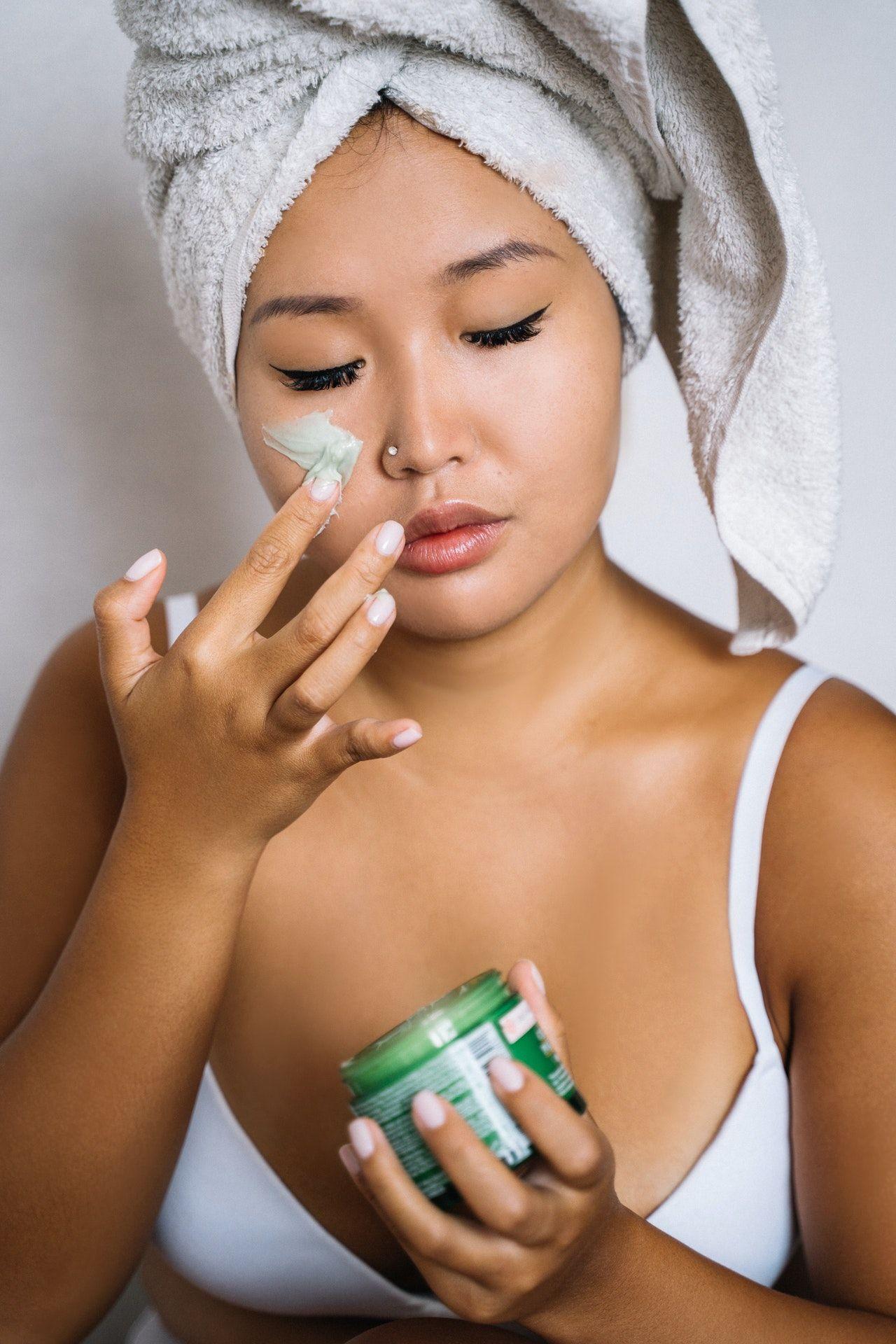 Guia da esfoliação: passo a passo para esfoliar a pele da forma certa
